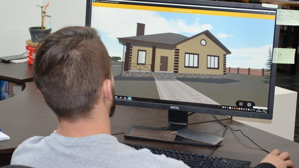 Проект дома на мониторе у архитектора