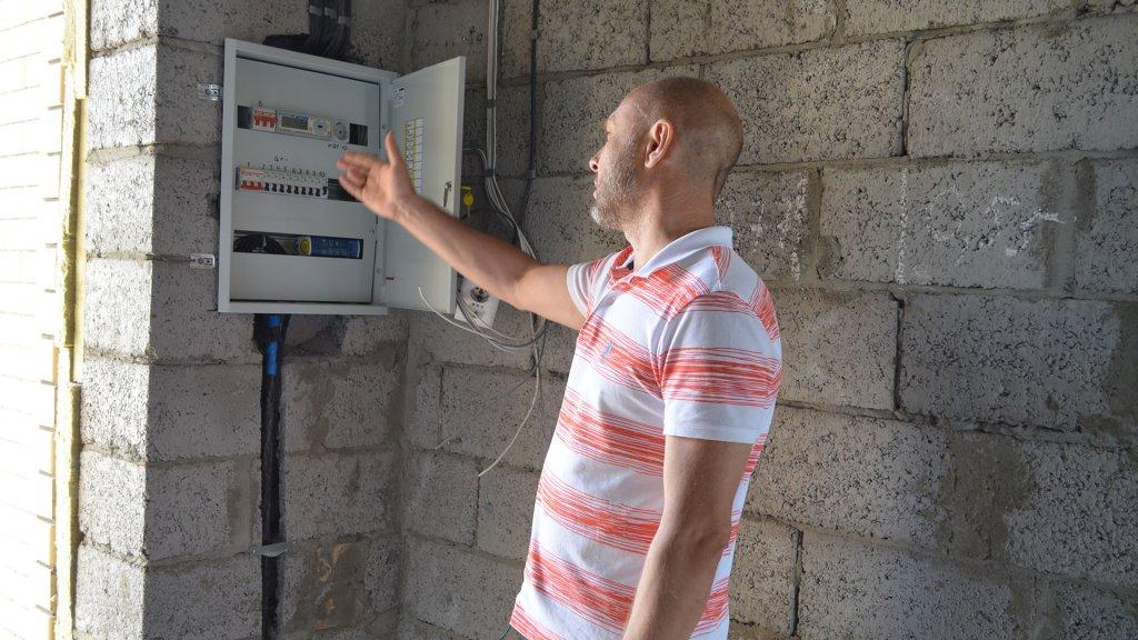 Главный инженер Николай объясняет как работает электрощитовая